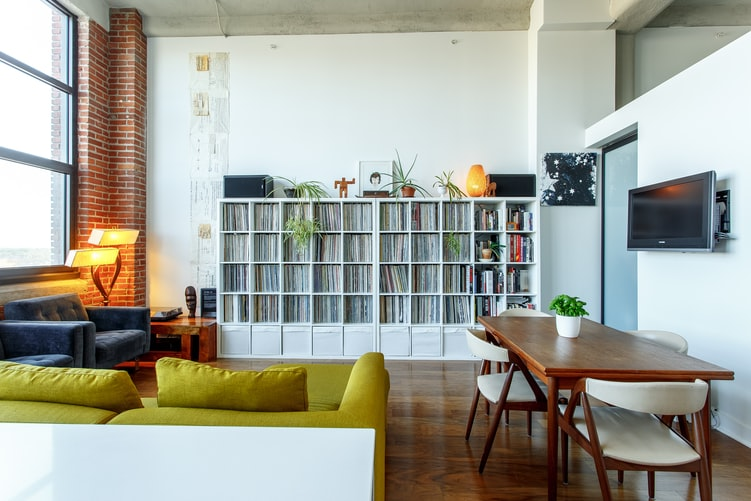 Jak optycznie podzielić pokój Wykorzystaj funkcjonalne i designerskie lampy