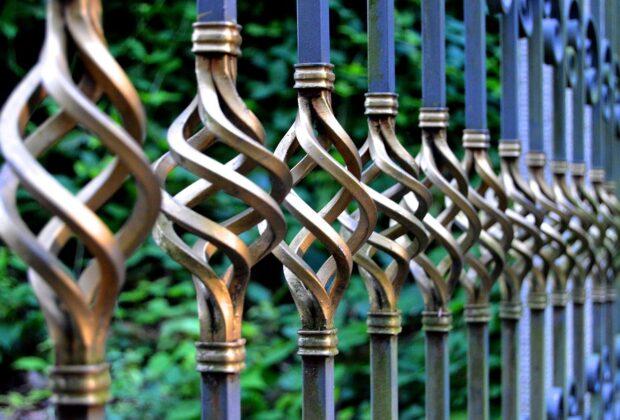 metalowe ogrodzenie zdobione