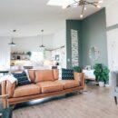 Narożnik do salonu czy sofa, wersalka Co wybrać do salonu z aneksem kuchennym